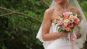 Η νύφη είναι νευρική πριν από το γάμο Νύφη που κρατά ένα άρωμα Γαμήλια ανθοδέσμη της Νίκαιας στο χέρι νυφών ` s Η νύφη κρατά Στοκ εικόνα με δικαίωμα ελεύθερης χρήσης