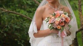 Η νύφη είναι νευρική πριν από το γάμο Νύφη που κρατά ένα άρωμα Γαμήλια ανθοδέσμη της Νίκαιας στο χέρι νυφών ` s Η νύφη κρατά Στοκ Φωτογραφία