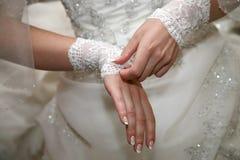 Η νύφη είναι ο επίδεσμος σε ετοιμότητα Στοκ φωτογραφία με δικαίωμα ελεύθερης χρήσης