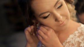 Η νύφη διαπράττει για τη γαμήλια τελετή στο δωμάτιό της απόθεμα βίντεο