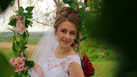 Η νύφη κάθεται σε μια όμορφη ταλάντευση φιλμ μικρού μήκους