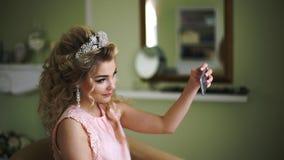 Η νύφη κάνει selfie στο τηλέφωνο Μοντέρνη γυναίκα Fiancee με νυφικά Hairstyle, το γεγονός Makeup και το κόσμημα απόθεμα βίντεο
