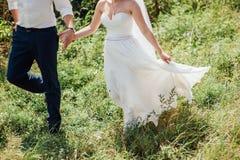 Η νύφη και ο νεόνυμφος έχουν τη διασκέδαση κατά τη διάρκεια της ημέρας Στοκ Φωτογραφίες