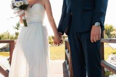 Η νύφη και ο νεόνυμφος έχουν τη διασκέδαση κατά τη διάρκεια της ημέρας Στοκ εικόνες με δικαίωμα ελεύθερης χρήσης