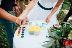Η νύφη και ο νεόνυμφος έχουν τη διασκέδαση κατά τη διάρκεια της ημέρας Στοκ φωτογραφία με δικαίωμα ελεύθερης χρήσης