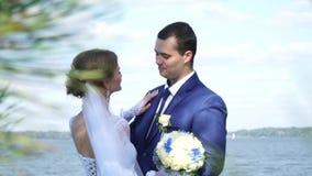 Η νύφη και ο νεόνυμφος αγγίζουν ήπια η μια την άλλη απόθεμα βίντεο