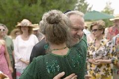 Η νύφη και ο νεόνυμφος αγκαλιάζουν σε έναν παραδοσιακό εβραϊκό γάμο σε Ojai, ασβέστιο Στοκ Εικόνες