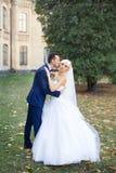 Η νύφη και ο νεόνυμφος αγκαλιάζουν σε έναν περίπατο στην επαρχία για έναν περίπατο Στοκ φωτογραφίες με δικαίωμα ελεύθερης χρήσης