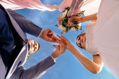 Η νύφη και ο νεόνυμφος ανταλλάσσουν τα γαμήλια δαχτυλίδια Στοκ φωτογραφία με δικαίωμα ελεύθερης χρήσης