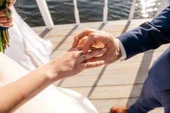 Η νύφη και ο νεόνυμφος ανταλλάσσουν τα δαχτυλίδια Στοκ εικόνα με δικαίωμα ελεύθερης χρήσης