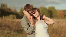 Η νύφη και ο νεόνυμφος απολαμβάνουν η μια την άλλη κοντά σε μια λίμνη φιλμ μικρού μήκους