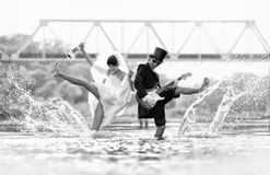 Η νύφη και ο νεόνυμφος είναι ευτυχείς στον ποταμό Στοκ Εικόνες