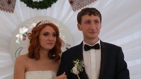Η νύφη και ο νεόνυμφος είναι ευχαριστημένοι η μια από την άλλη απόθεμα βίντεο