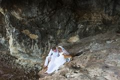 Η νύφη και ο νεόνυμφος ζεύγους newlyweds γελούν και χαμογελούν ο ένας στον άλλο, ευτυχής και χαρούμενη στιγμή Άνδρας και γυναίκα  Στοκ Φωτογραφία