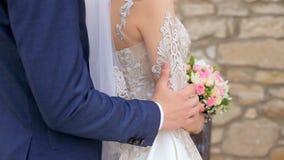 Η νύφη και ο νεόνυμφος θέτουν για τα βίντεο και τις φωτογραφίες κοντά στο θαυμάσιο τοίχο πετρών, ένα όμορφο κάστρο ο νεόνυμφος αγ απόθεμα βίντεο