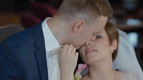 Η νύφη και ο νεόνυμφος θέτουν εσωτερικό φιλμ μικρού μήκους