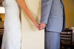 Η νύφη και ο νεόνυμφος κοιτάζουν αρχικά αποκαλύπτουν Στοκ Εικόνες