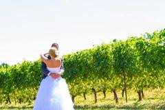 Η νύφη και ο νεόνυμφος κοιτάζουν αρχικά Στοκ Εικόνες