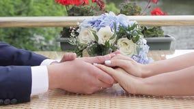 Η νύφη και ο νεόνυμφος κρατούν μεταξύ τους χέρια ` s φιλμ μικρού μήκους