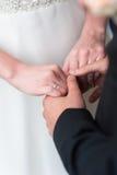 Η νύφη και ο νεόνυμφος κρατούν τα χέρια Στοκ εικόνες με δικαίωμα ελεύθερης χρήσης