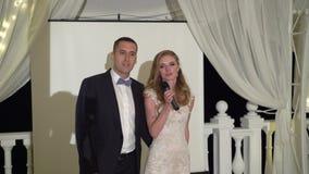 Η νύφη και ο νεόνυμφος μιλούν στους φιλοξενουμένους τους Γάμος σκηνών Ψήστε τα newlyweds φιλμ μικρού μήκους