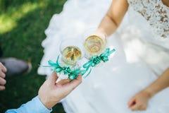 Η νύφη και ο νεόνυμφος πίνουν τη σαμπάνια στοκ φωτογραφία