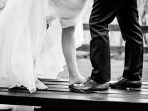 Η νύφη και ο νεόνυμφος παρουσιάζουν παπούτσια τους Στοκ Εικόνες