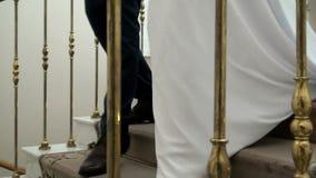 Η νύφη και ο νεόνυμφος πηγαίνουν στη γαμήλια τελετή απόθεμα βίντεο