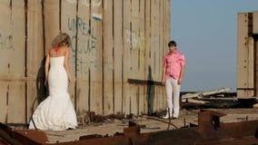Η νύφη και ο νεόνυμφος που αγκαλιάζουν μεταξύ τους φιλμ μικρού μήκους