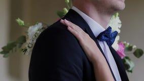 Η νύφη και ο νεόνυμφος που περπατούν στην πόλη μεταξύ των στηλών φιλί και αγκάλιασμα του ζεύγους αγάπης Κινηματογράφηση σε πρώτο  φιλμ μικρού μήκους