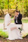 Η νύφη και ο νεόνυμφος σε μια ταλάντευση Στοκ φωτογραφίες με δικαίωμα ελεύθερης χρήσης