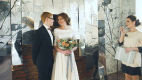 Η νύφη και ο νεόνυμφος στη γαμήλια τελετή ακούνε την ομιλία γραμματέων απόθεμα βίντεο