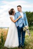 Η νύφη και ο νεόνυμφος στη φύση Στοκ εικόνα με δικαίωμα ελεύθερης χρήσης