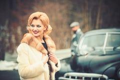 Η νύφη και ο νεόνυμφος στο αναδρομικό αυτοκίνητο r στοκ φωτογραφία