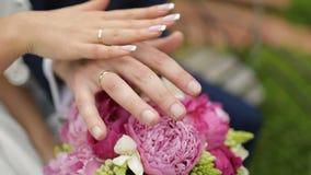 Η νύφη και ο νεόνυμφος στο γάμο, που κρατά τα χέρια απόθεμα βίντεο