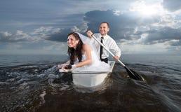 Η νύφη και ο νεόνυμφος στο μήνα του μέλιτος τους στοκ εικόνες