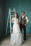 Η νύφη και ο νεόνυμφος στο στούντιο Στοκ Φωτογραφία