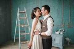 Η νύφη και ο νεόνυμφος στο στούντιο Στοκ Εικόνα