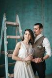 Η νύφη και ο νεόνυμφος στο στούντιο Στοκ Εικόνες