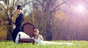 Η νύφη και ο νεόνυμφος στο χορτοτάπητα στο δάσος στοκ εικόνες