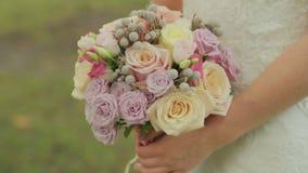 Η νύφη κρατά μια γαμήλια ανθοδέσμη των τριαντάφυλλων νυφικός γάμος ημέρας ανθο& διαφορετικά λουλούδι&alph απόθεμα βίντεο
