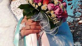Η νύφη κρατά μια γαμήλια ανθοδέσμη στα χέρια της απόθεμα βίντεο