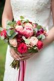 η νύφη κρατά μια όμορφη γαμήλια ανθοδέσμη στοκ φωτογραφίες