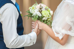 Η νύφη κρατά την ανθοδέσμη Στοκ Εικόνες