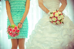 Η νύφη κρατά την ανθοδέσμη Στοκ Εικόνα