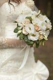 Η νύφη κρατά την ανθοδέσμη Στοκ Φωτογραφίες