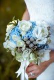 Η νύφη κρατά την ανθοδέσμη Στοκ εικόνες με δικαίωμα ελεύθερης χρήσης