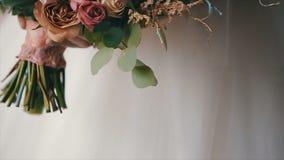 Η νύφη κρατά την όμορφη γαμήλια ανθοδέσμη των διαφορετικών λουλουδιών νυφικός γάμος ημέρας ανθο& Ανθοδέσμη όμορφου απόθεμα βίντεο