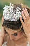 Η νύφη κρατά τη ρόδινη κορώνα και με τα δύο χέρια Στοκ φωτογραφία με δικαίωμα ελεύθερης χρήσης