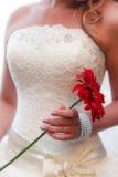 Η νύφη με μια ανθοδέσμη των λουλουδιών Στοκ Φωτογραφία